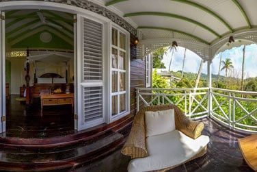 Le bungalow 1 chambre avec piscine dispose d'une terrasse confortablement aménagée