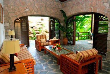 L'espace salon ouvert sur la végétation