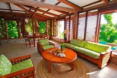 Le salon très agréable ouvert sur la nature