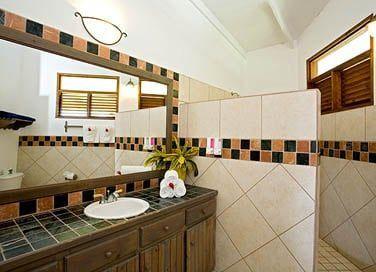 La salle de bain de la chambre supérieure deluxe