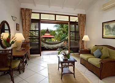 Le petit balcon de la chambre supérieure surplombe la piscine de l'hôtel