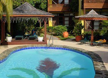 Prenez le temps de vous prélasser au bord de la piscine
