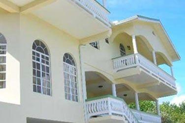Situé à Micoud, l'établissement comprend un restaurant et une piscine