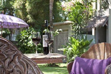 Cet hôtel de charme est un véritable hâvre de tranquillité. Profiteaz d'une pause détente dans les jardins tropicaux...