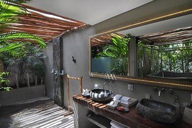 ... et salle de bain en pleine air, face à la nature luxuriante !