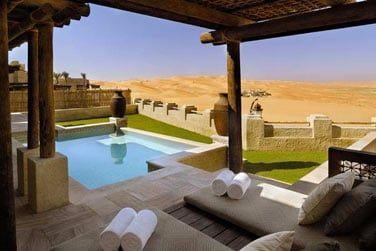 Piscine privée aménagée et ouverte sur le désert, en villa