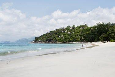 Au sud-ouest de Mahé, le long d'une magnifique plage