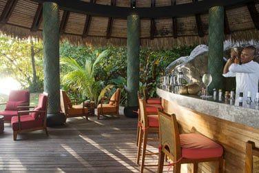 Rendez-vous au Sunset Pool Bar pour déguster de savoureux cocktails de fruits exotiques