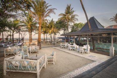 Le Contemporary Lounge & Beach Bar, pieds dans le sable et atmosphère contemporaine.