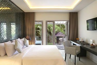 Ou d'un balcon avec vue sur la végétation luxuriante.