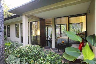 Et pour finir, les bungalows du Segara Village 2, situés dans un jardin à part doté d'une piscine.