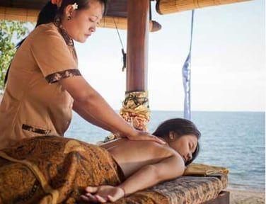 Un massage relaxant face à la mer vous attend au Dewi Drupadi Spa