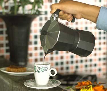 et au café fraichement moulu..