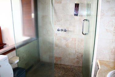 Et sa salle de bain, simple et fonctionnelle