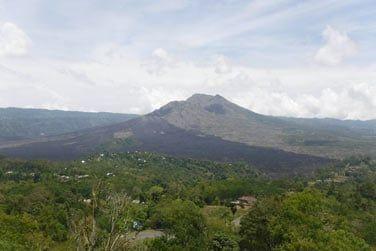 Surplombant le lac Batur et son célèbre volcan