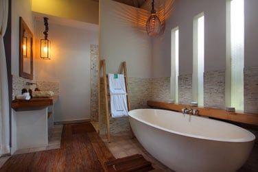 La spacieuse salle de bain