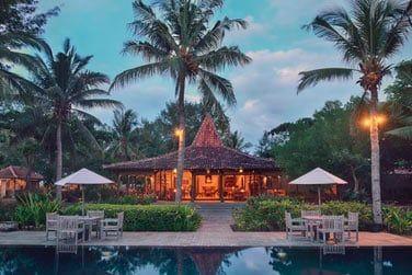Le restaurant au bord de l'eau vous propose une cuisine indonésienne et internationale