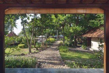 Les Villas Joglo Famille donnent sur les jardins de l'hôtel.