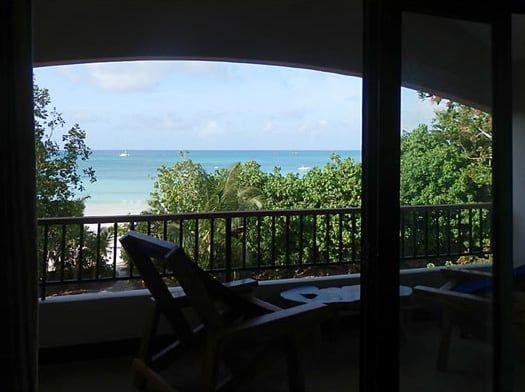 Depuis votre balcon, une vue imprenable sur les eaux turquoises de la Côte D'Or