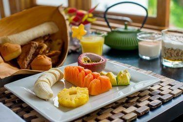 Petit déjeuner complet avec une grande variété de fruits tropicaux
