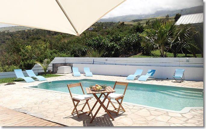 La piscine, avec vue panoramique sur le littoral et l'océan indien