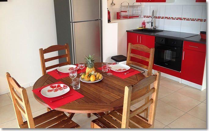 Salle à manger avec cuisine équipée