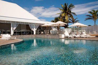 Sur le toit de la villa, une piscine avec vue panoramique pour vous détendre