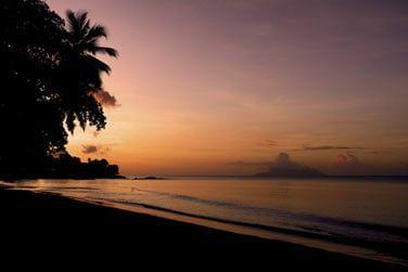 Admirez le coucher de soleil sur l'océan indien...