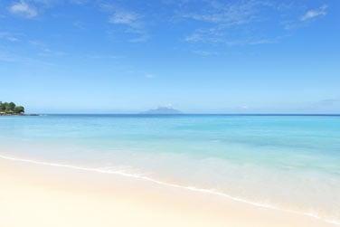 bordé par une belle plage de sable blanc
