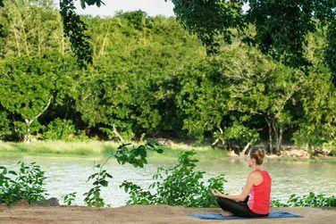 Séance de yoga au bord de la rivière...
