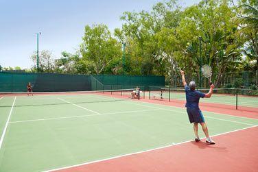 Découvrez l'un des grands cours de tennis de l'hôtel