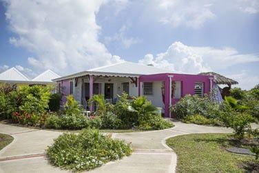 Le gîte dispose de 6 bungalows aux couleurs caribéennes