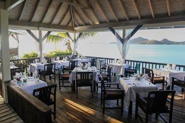 Le restaurant offre une vue imprenable sur le lagon turquoise