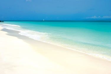 Poursuivez votre voyage par Antigua, paradis du farniente avec ses 365 plages...