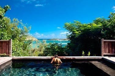Une chambre est équipée d'une piscine privative