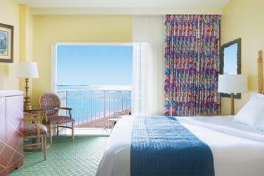 Les chambres de l'hôtel Beach Towers, à la décoration tropicale