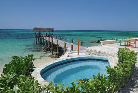 La piscine et son bain à remous avec vue sur l'océan