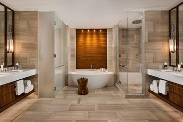 La salle de bain spacieuse et raffinée