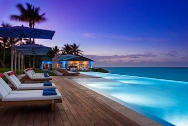 Admirez de superbes couchers de soleil depuis 'lun des transats de la piscine