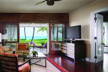 La Suite Luxe front de mer et son coin salon conçue dans un décor insulaire élégant