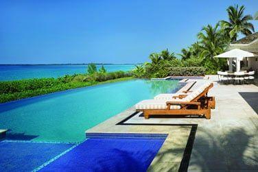 Piscine privée face à la mer en Villa