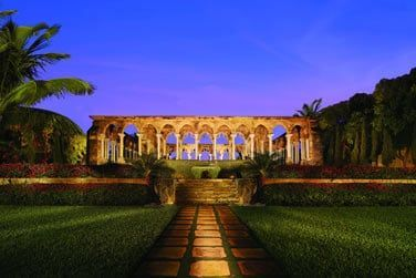 Des jardins inspirés de Versailles et ce cloître des Augustins du 12e siècle... Un cadre somptueux...