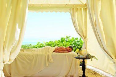 Sanctuaire discret de calme et de bien-être, le spa vous propose des soins en extérieur