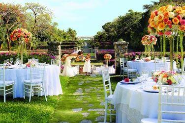 Face à la mer, au coeur des splendides jardins, de très belles cérémonies peuvent être organisées