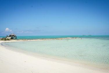 Bordé par une sublime plage de sable blanc