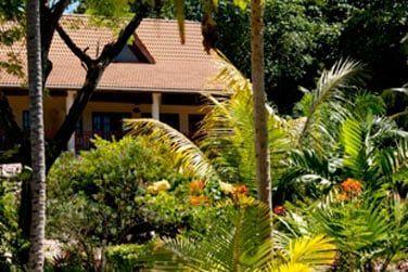 Découvrez une villa de charme nichée dans la végétation tropicale