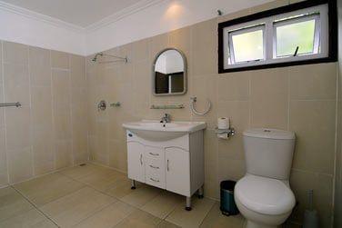 La salle de bain de la chambre standard