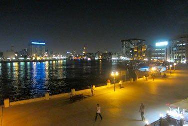 Le soir venu, le paysage se transforme... Les rives et les bateaux s'illuminent