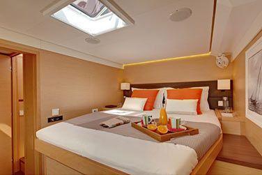 Ce catamaran dispose de 5 cabines climatisées
