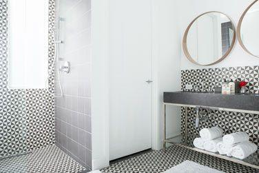 Avec une salle de bain très agréable et design.